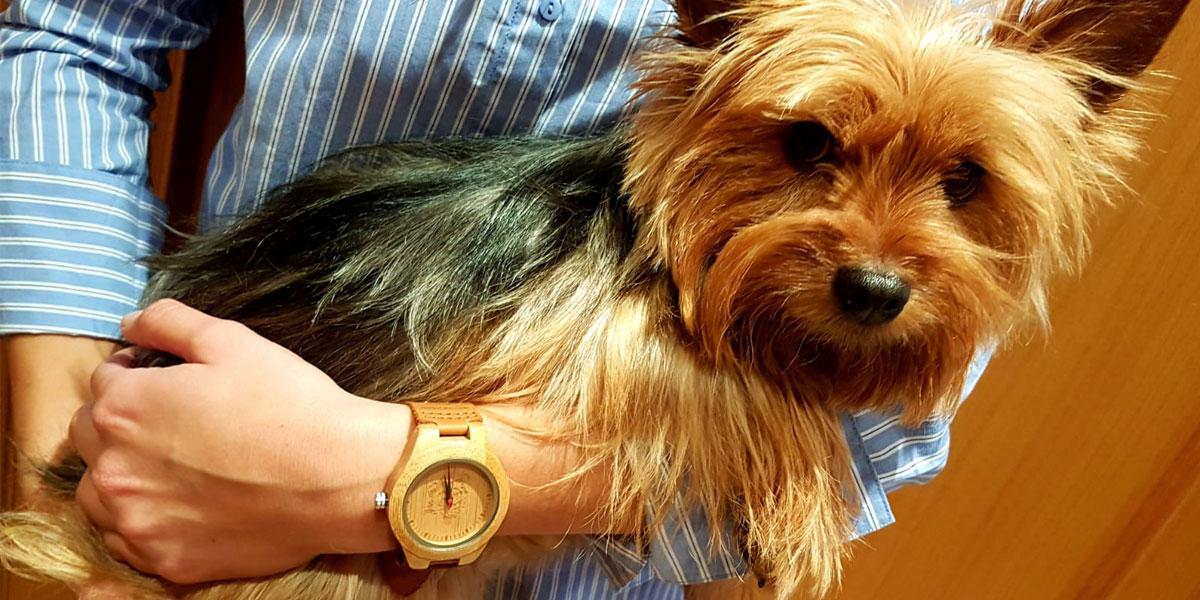 Nika, con el reloj de madera Deva de Woodenson