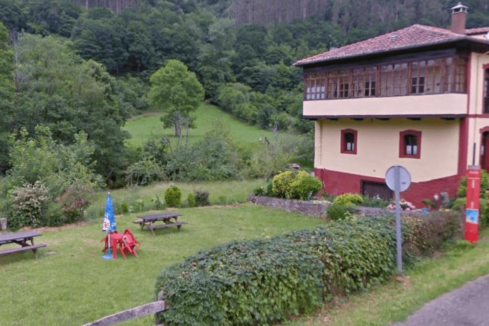 Exterior ajardinado de la Casa Blanca, en Piloñas (Asturias)