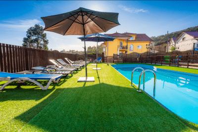 Apartamentos Cudillero piscina y jardín