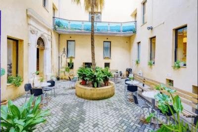 Patio interior equipado con terraza
