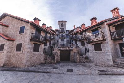 Fachada de las Casas Rurales El Real de Bohoyo