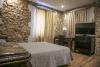 Habitación cama de matrimonio con televisión