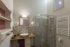 Baño en habitación frambuesa